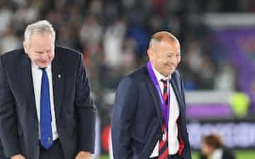 銀メダルを受け取り引き揚げるイングランドのエディー・ジョーンズ監督(右)。壇上から降りるとメダルを外し、ポケットにしまった