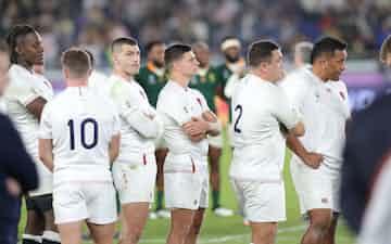 決勝で南アフリカに敗れ肩を落とすイングランドフィフティーン
