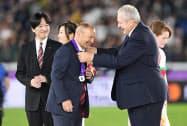 銀メダルを授与されるイングランドのエディー・ジョーンズ監督