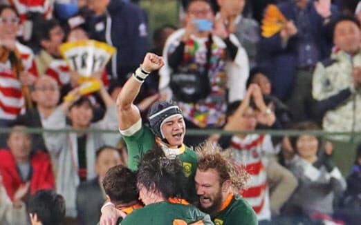 トライを決めたコルビ(奥)と喜ぶ南アフリカの選手たち(2日)