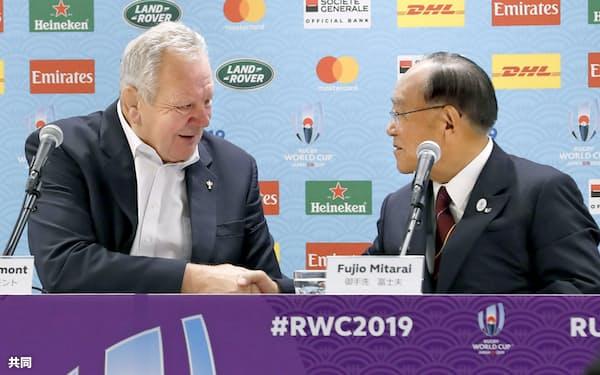 ラグビーW杯日本大会を終え、記者会見で握手を交わすワールドラグビーのビル・ボーモント会長(左)と組織委員会の御手洗冨士夫会長(3日、東京都内)=共同