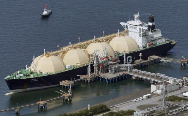 LNG輸入が始まって50年を迎えた(JERA富津火力発電所に接岸する輸送船=千葉県富津市)