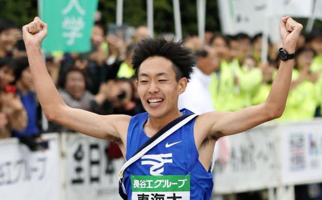 1位でゴールする東海大のアンカー・名取燎太(3日、伊勢神宮)=共同