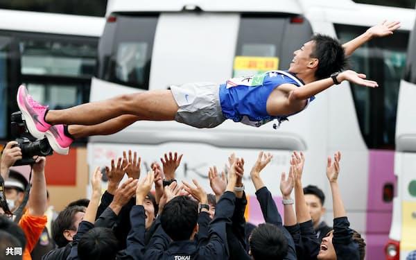 優勝し、胴上げされる東海大のアンカー・名取燎太(3日、伊勢神宮)=共同