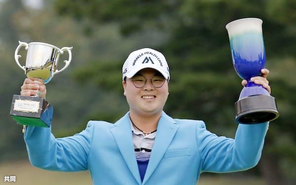 通算19アンダーで4年ぶりの優勝を果たした黄重坤(3日、ABC・GC)=共同