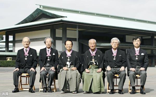 文化勲章の親授式を終え、記念写真に納まる(左から)吉野彰さん、甘利俊一さん、田沼武能さん、野村萬さん、佐々木毅さん、坂口志文さん(3日午前、宮殿・東庭)=共同