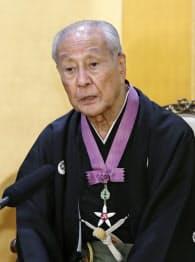 文化勲章の親授式を終え、記者会見する野村萬さん(3日午前、宮内庁)=共同