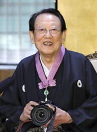 文化勲章の親授式を終え、カメラを手に記者会見する田沼武能さん(3日午前、宮内庁)=共同