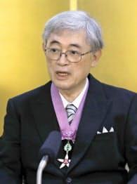 文化勲章の親授式を終え、記者会見する佐々木毅さん(3日午前、宮内庁)=共同