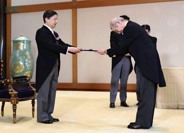 文化勲章の親授式で、天皇陛下から勲章を受ける吉野彰さん(3日午前、宮殿・竹の間)=代表撮影・共同