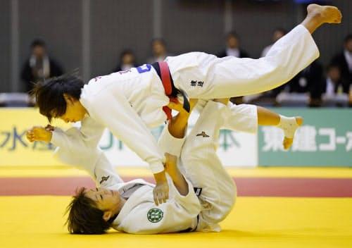 女子48キロ級決勝 渡辺愛子(上)にともえ投げで一本勝ちした角田夏実(3日、千葉ポートアリーナ)=共同