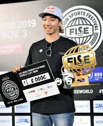 パークW杯の今季最終戦で初優勝した中村輪夢(3日、中国・成都)=共同