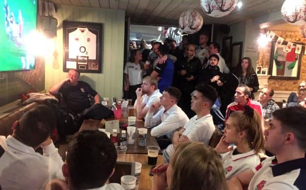 パブでラグビーW杯決勝を観戦するイングランド代表のサポーターら(2日、ロンドン)