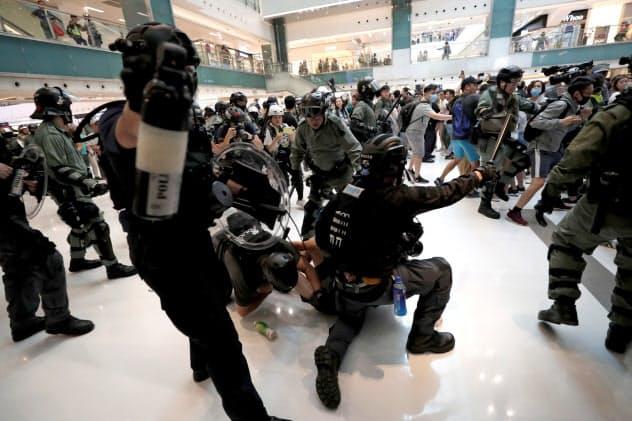 商業施設内でデモ隊と警察の衝突に発展した(3日、香港)=ロイター