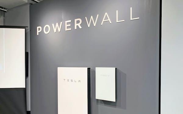 住宅の壁に取り付ける米テスラの家庭用蓄電池