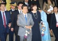 バンコクのドンムアン国際空港に到着した安倍首相(3日)=石井理恵撮影