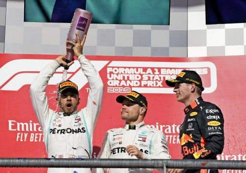 自動車のF1米国GPで3位となったフェルスタッペン(右)、優勝したボッタス(中央)、総合優勝を決めたハミルトン(3日、オースティン)=AP
