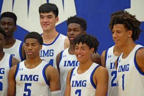 田中(前列右から2人目)をはじめ、IMGアカデミーには世界各国からNBAを夢見るアスリートが集まる