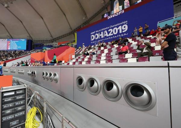 ハリファ国際競技場で稼働する冷房システム。丸い穴から冷たい風が吹き出ていた