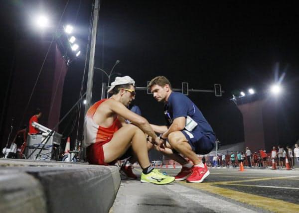 男子50キロ競歩でレース中に座り込む選手