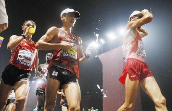 陸上世界選手権の男子20キロ競歩でドリンクを手にする金メダルを獲得した山西利和選手(手前中央)