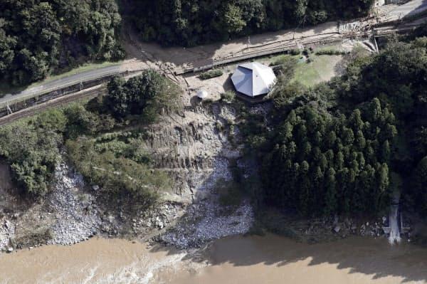 土砂が流れ込み、ホームが流失するなどの被害を受けた阿武隈急行あぶくま駅(10月、宮城県丸森町)=共同