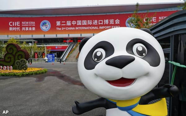 中国国際輸入博覧会の会場となる建物とマスコット(上海、10月)