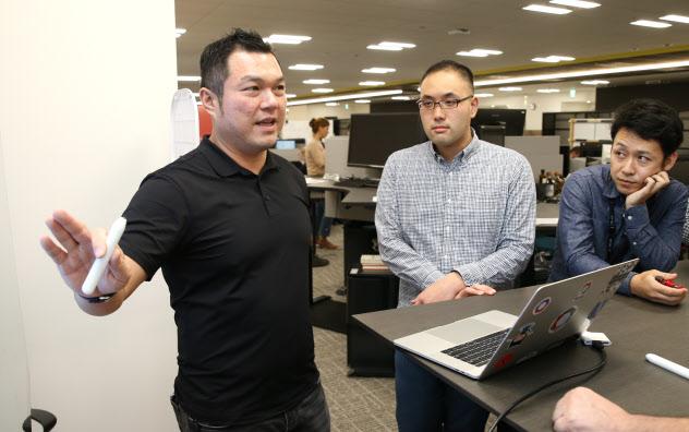 トヨタ自動車の自動運転の開発会社で働くジャック・ヤンさん(左)(東京都中央区)