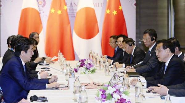 中国の李克強首相(右)と会談する安倍首相(左)(4日、バンコク郊外)=代表撮影・共同