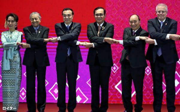 4日、バンコクで、東アジアサミットに参加した各国の首脳ら=ロイター