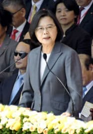 台湾の双十節祝賀式典で演説する蔡英文総統=10日、台北(共同)