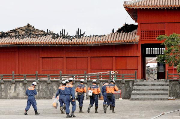 報道陣に公開された首里城の奉神門。北側の屋根が焼け、骨組みのような木材がむき出しになっている(4日午後、那覇市)=共同