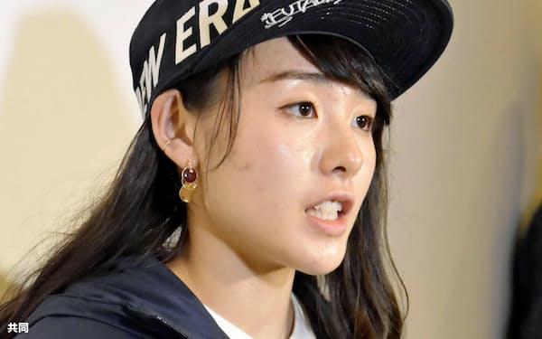スポーツクライミングの東京五輪出場基準を巡る混乱について、取材に応じる伊藤ふたば(4日、羽田空港)=共同