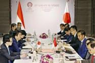 インドネシアのジョコ大統領(右から3人目)と会談する安倍首相(左手前から2人目)=4日、バンコク郊外(代表撮影・共同)
