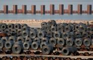 アルセロール・ミタルが撤退を主張するイルバのタラント製鉄所(イタリア南部)=ロイター