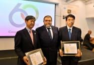 ブラジル側から感謝状を受け取る山田大使(右)とJICAの北岡理事長(左)(4日、サンパウロ)