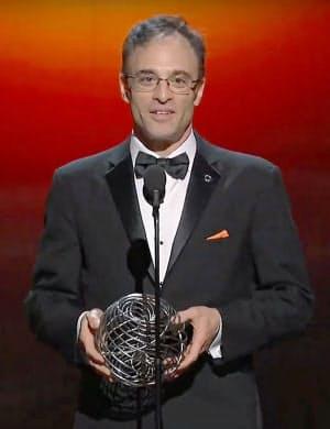 「ブレークスルー賞」の授賞式でトロフィーを手にあいさつする、ブラックホールの輪郭撮影に成功した国際研究チームの代表シェパード・ドールマン氏(3日、米カリフォルニア州)=ユーチューブから、共同