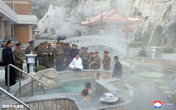 温泉観光地区の建設現場を視察する金正恩氏=朝鮮中央通信