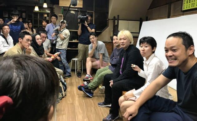 作家らは市民と議論を重ねた(右手前から出展作家の小泉明郎、大橋藍ら。9月下旬、名古屋市)
