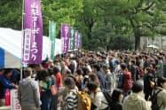 山梨ヌーボーが解禁され、大勢の人が新酒を試飲し買い求めた(3日、東京・日比谷公園)