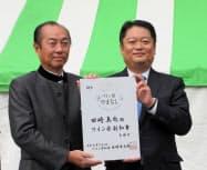 ワイン県副知事に就任した田崎氏(左)と山梨県の長崎知事(3日、東京・日比谷公園)