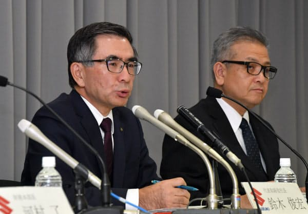 記者会見するスズキの鈴木俊宏社長(左)(5日、東京都千代田区)