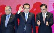 東アジア首脳会議に参加した中国の李克強首相(中)(4日、バンコク)=ロイター