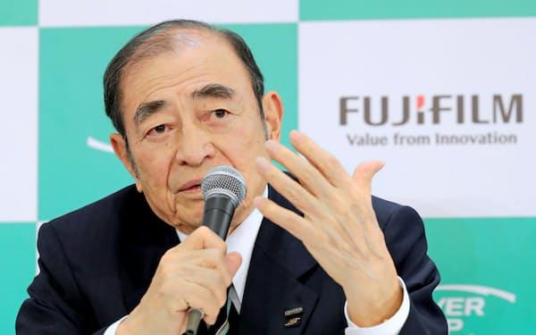 記者会見する富士フイルムホールディングスの古森会長(5日、東京・大手町)