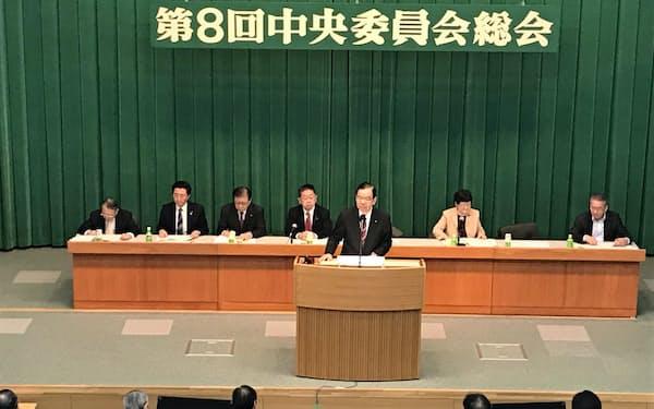 中央委総会であいさつする志位委員長(4日、共産党本部)