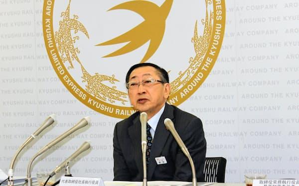 100億円規模の自社株買いを発表した青柳社長(5日、福岡市)