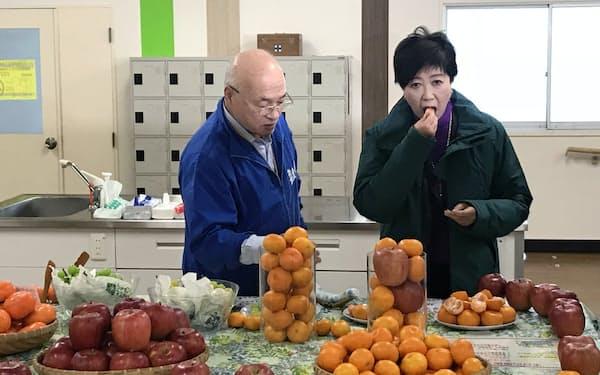 北足立市場でミカンを試食する小池知事(東京都足立区)
