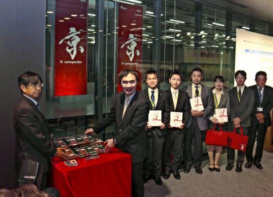 スーパーコンピューター「京」の贈呈式。左から2人目は理化学研究所計算科学研究センターの松岡聡センター長(5日、神戸市)=共同