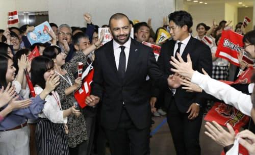 ラグビーW杯の報告で東芝本社を訪問し、社員の出迎えを受けるリーチ・マイケル(左)と徳永祥尭(5日、東京都港区)=共同