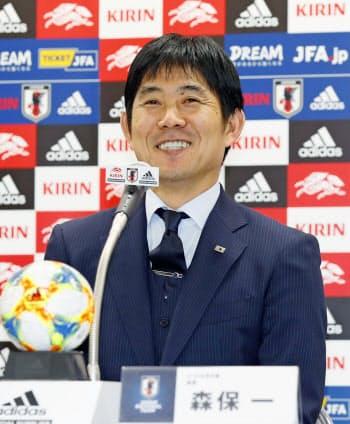 サッカーU-22の国際親善試合に臨む、日本代表メンバーを発表する森保監督(5日、東京都文京区のJFAハウス)=共同